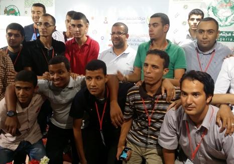 وسط حفاوة استقبال شباب جزائريين